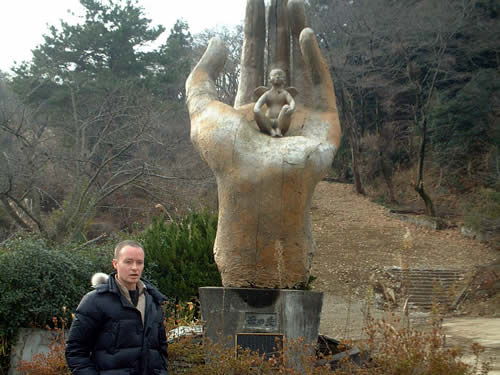 Mike and the hand statue in Kappa Pier